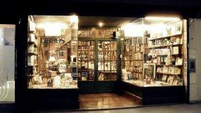 Entrada a la Librería Alberto Casares