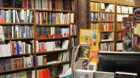 Libros en el interior de la librería Punto y Línea