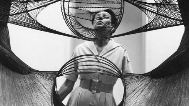 Peggy Guggenheim interactuando con una obra de arte
