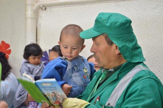 Don Alberto con un niño ® Facebook El Señor de los Libros
